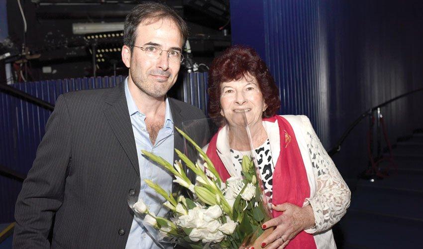 פרופ' חוסה כהן ואימו בעת קבלת הפרס (צילום: דוברות משרד העלייה והקליטה)