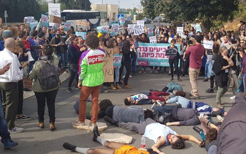 מפגינים חוסמים את רחוב קפלן בסמוך למשכן הכנסת (צילום: דוברות המשטרה)