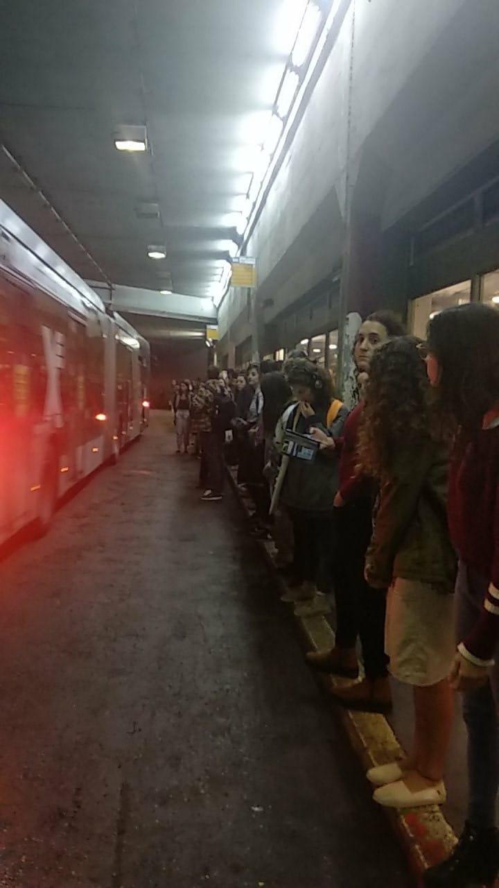 סטודנטים ממתינים לקו 19 בתחנת הר הצופים (צילום: לביא מידניק)