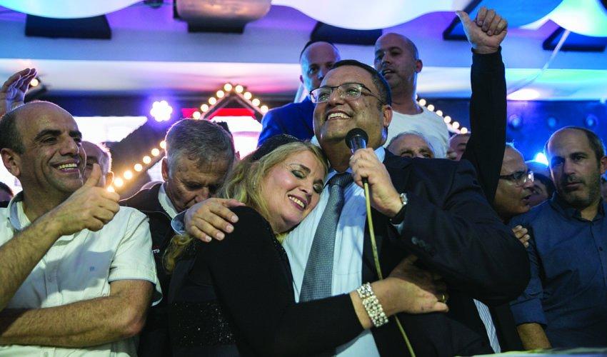 ראש העיר משה ליאון ורעייתו סתוית לאחר הניצחון בבחירות (צילום: אוליבייה פיטוסי)