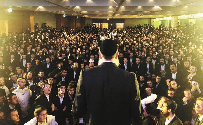 יוסי דייטש מול פעילי 'אגודת ישראל' לאחר ההפסד (צילום: שלומי כהן)