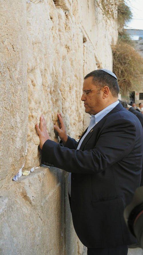 משה ליאון בתפילה בכותל (צילום: מאיר אליפור)