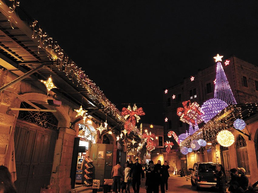 """מופע זיקוקים בחגיגות הסילבסטר בשנה שעברה, רחובות מוארים בעיר העתיקה (צילום: יח""""צ)"""