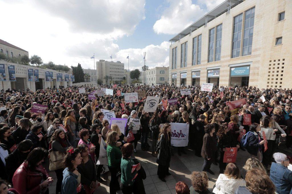 עצרת מחאה נגד אלימות כלפי נשים בכיכר ספרא (צילום: אורן בן-חקון)