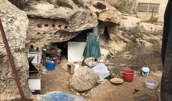 המערה שבה מתגוררת דרת הרחוב (צילום: פרטי)