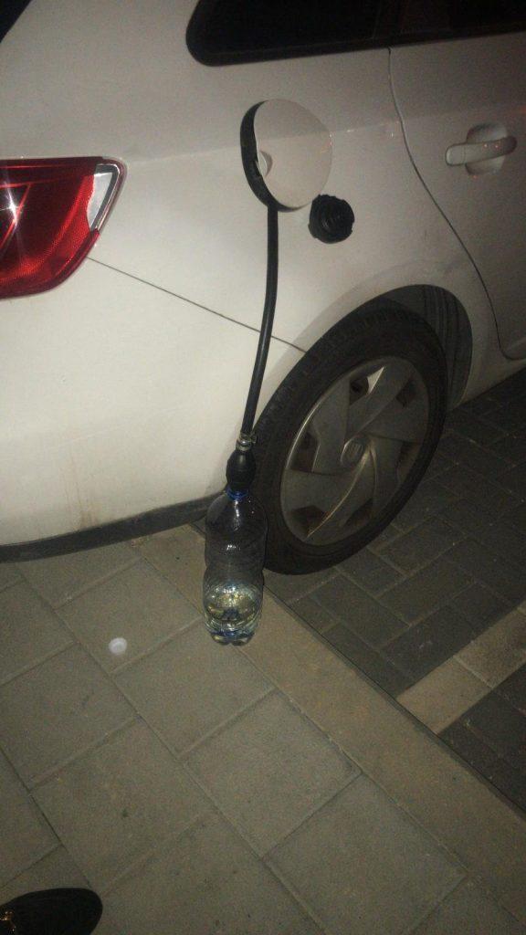 כך ניסה הצעיר לגנוב דלק (צילום: דוברות המשטרה)