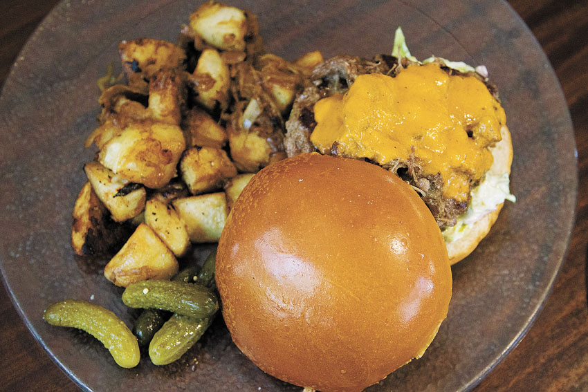 """המבורגר , """"קפה יהושע"""" (צילום: אורן בן-חקון)"""