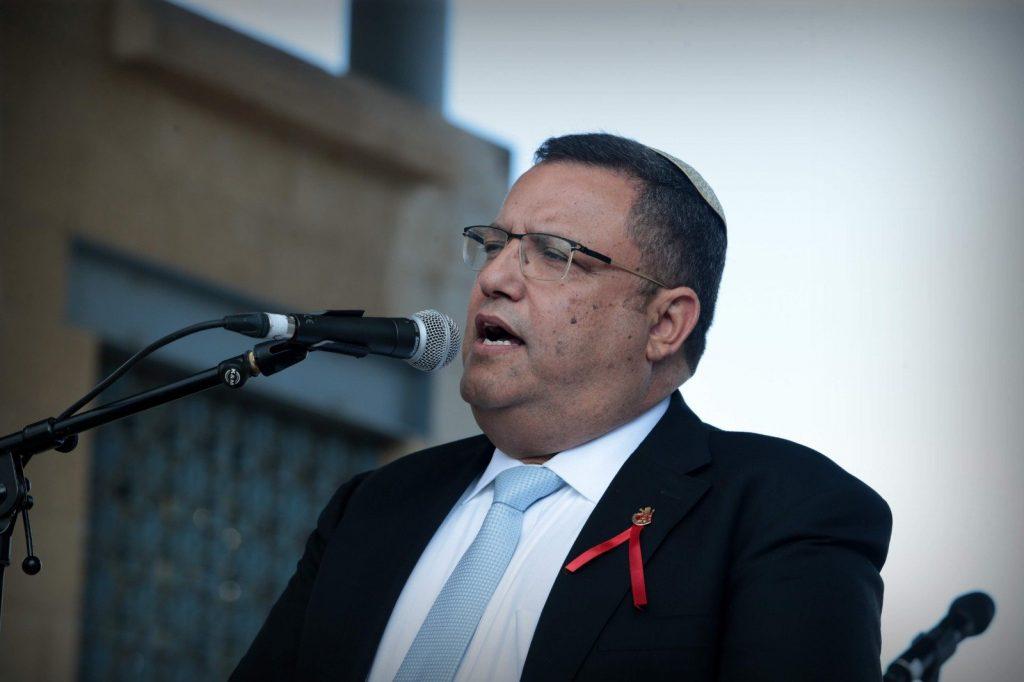 ראש העיר המשה ליאון נואם בעצרת מחאה נגד האלימות כלפי נשים, רחבת עיריית ירושלים (צילום: אורן בן-חקון)