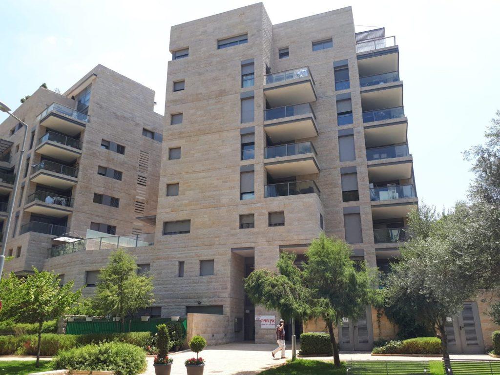 הבניין ברחוב גלבר, רמת דניה (צילום: שרית אליאסף ומיכל הראל)