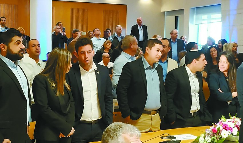 חברי סיעת התעוררות - בראשם עופר ברקוביץ, בטקס החילוף, השבוע במועצת עיריית ירושלים (צילום: שלומי הלר)