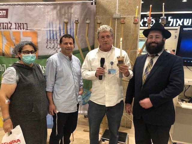 """(משמאל) קולין במברגר, אבחי במברגר, ד""""ר הדר מרחב, הרב ישראל נפתלין (צילום: דוברות הדסה)"""