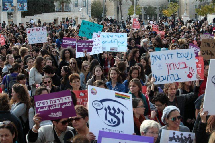 עצרת מחאה נגד האלימות כלפי נשים, רחבת עיריית ירושלים בשבוע שעבר (צילום: אורן בן-חקון)