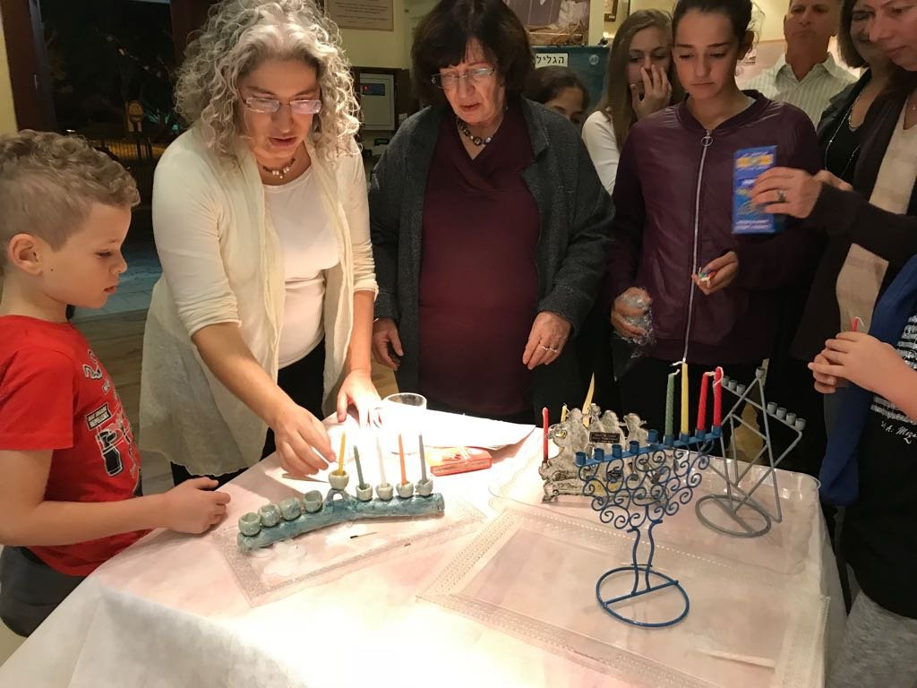 הדלקת נרות חנוכה (צילום: באדיבות התנועה הרפורמית בישראל)