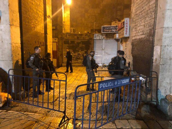 """פיגוע הדקירה בעיר העתיקה: שני שוטרי מג""""ב נפצעו בינוני וקל; צפו בתיעוד"""