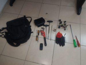 חוליית גנבי קיה-פיקנטו כלי הפריצה שנתפסו בידי החשודים (צילום: דוברות המשטרה)
