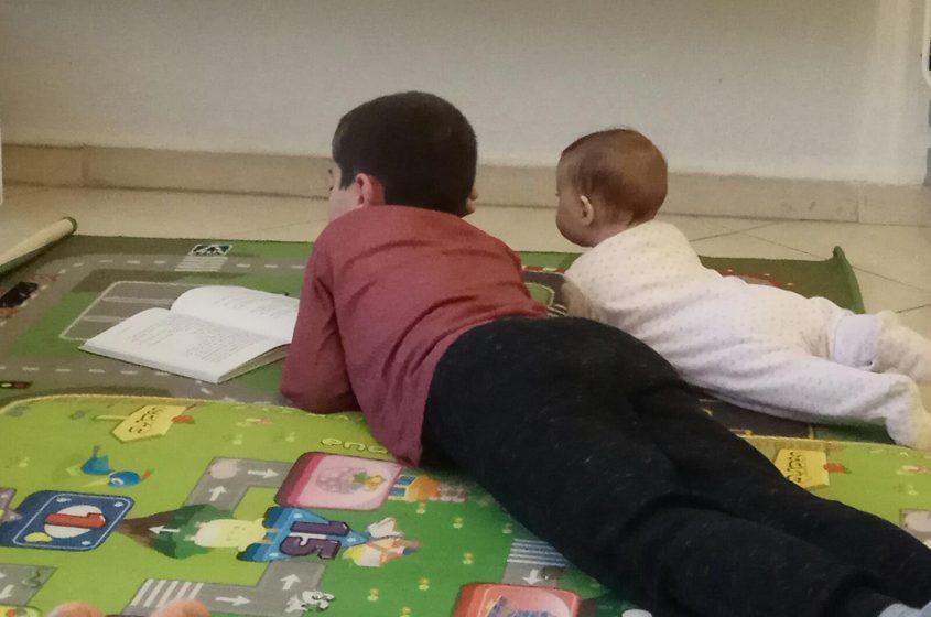 ילדים קוראים ספרים (צילום: מיכל פישמן-רואה)