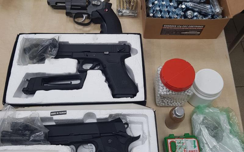 כלי הנשק שנתפסו בדירה ברמות (צילום: דוברות המשטרה)
