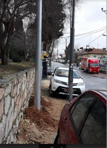 עמודי התאורה החדשים שהוצבו ברחוב אורוגואי (צילום: אסף שפנייר)