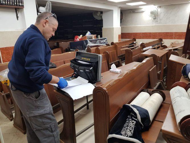 צוות החוקרים בבית הכנסת בקריתהיובל (צילום: דוברות המשטרה)