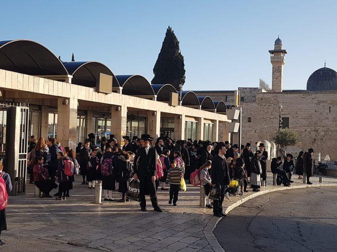 נוסעות ונוסעיםממתינים בתחנה סמוך לכותל המערבי (צילום: פרטי)