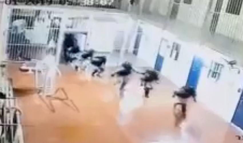 """מתוך סרטון הפריצה של הסוהרים בכלא עופר (צילום: דוברות שב""""ס)"""