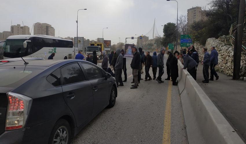 נערי גבעות מפגינים בכניסה לעיר (צילום: פרטי)