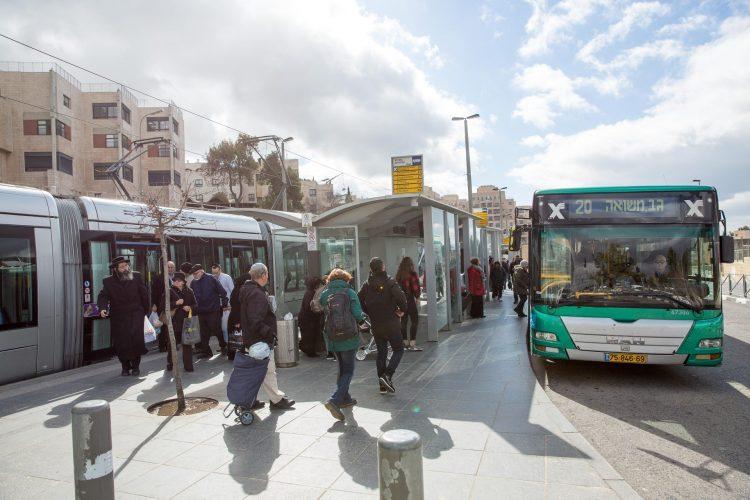 תחנת הר הרצל, הרכבת הקלה ואוטובוס (צילום: אמיל סלמן)