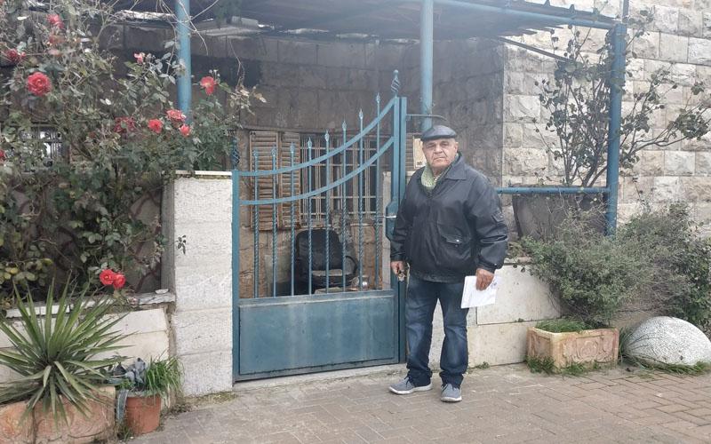 יאיר סבח דניאל בכניסה לדירתו ברחוב רבקה (צילום: שלומי הלר)