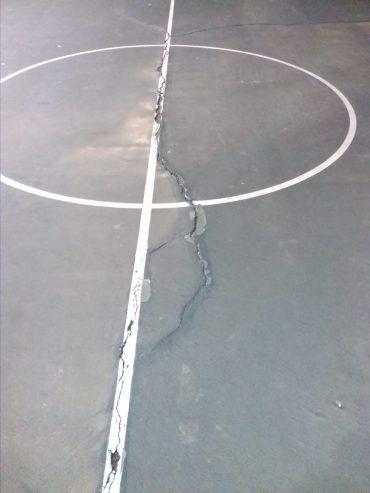 רצפה שבורה במגרש בגן סאקר (צילום: פרטי)