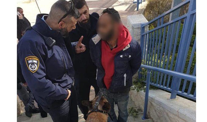 הפורץ, השוטרים והכלב (צילום: דוברות המשטרה)