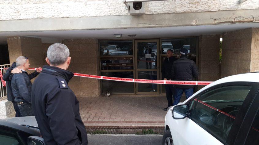הכניסה לבניין שבו התגוררו ונרצחו בני הזוג כדורי ברחוב מרדכי אלקחי (צילום: דוברות המשטרה)
