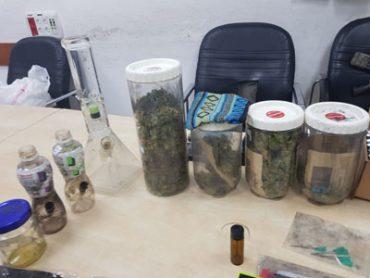 הסמים שנתפסו בדירה ברמות (צילום: דוברות המשטרה)
