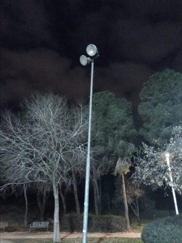 עמוד תאורה מקולקל בגן סאקר (צילום: פרטי)