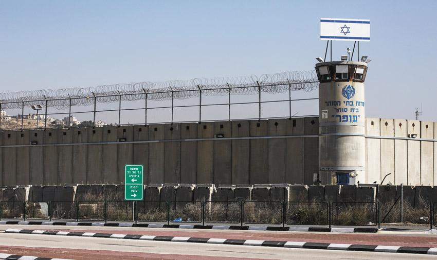 כלא עופר מבחוץ (צילום: אוליבייה פיטוסי)