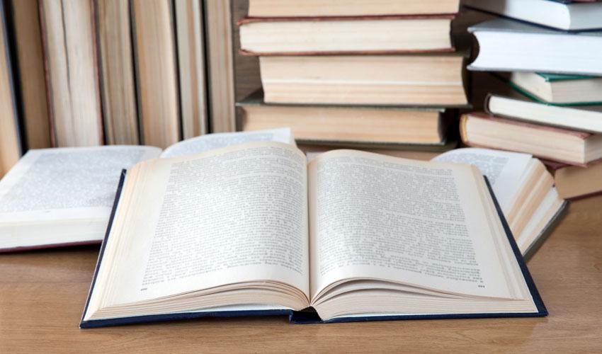 לימוד טקסטים מארון הספרים היהודי בבית אבי חי