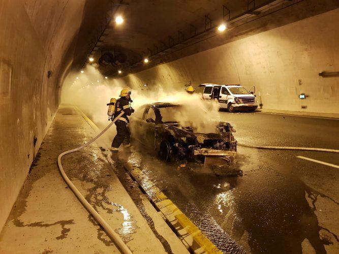 רכב עולה באש במנהרת הראל (צילום: כבאות תחנה איזורית בית שמש)