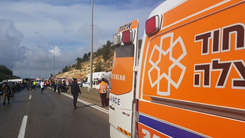 """אוטובוס התהפךבכביש 443, סמוך לבית חורון לכיוון ירושלים; כ-35 נפגעים; בזק""""א הכריזו על אירוע רב נפגעים. פרטים נוספים בהמשך"""