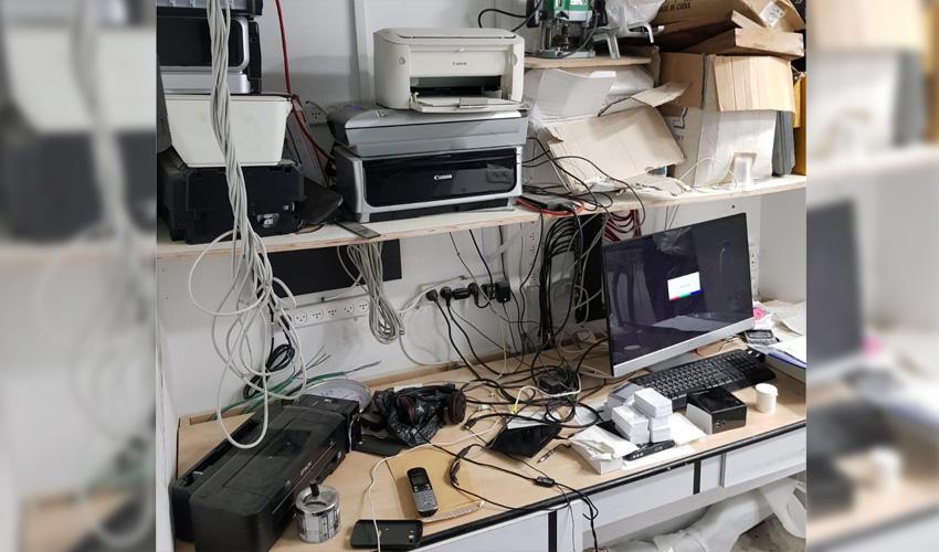 מעבדה לזיוף דרכונים (צילום: דוברות המשטרה)