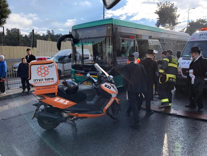 מזירת התאונה בנתיב התחבורה הציבורית בשדרות גולדה מאיר בירושלים (צילום: דוברות איחוד הצלה)