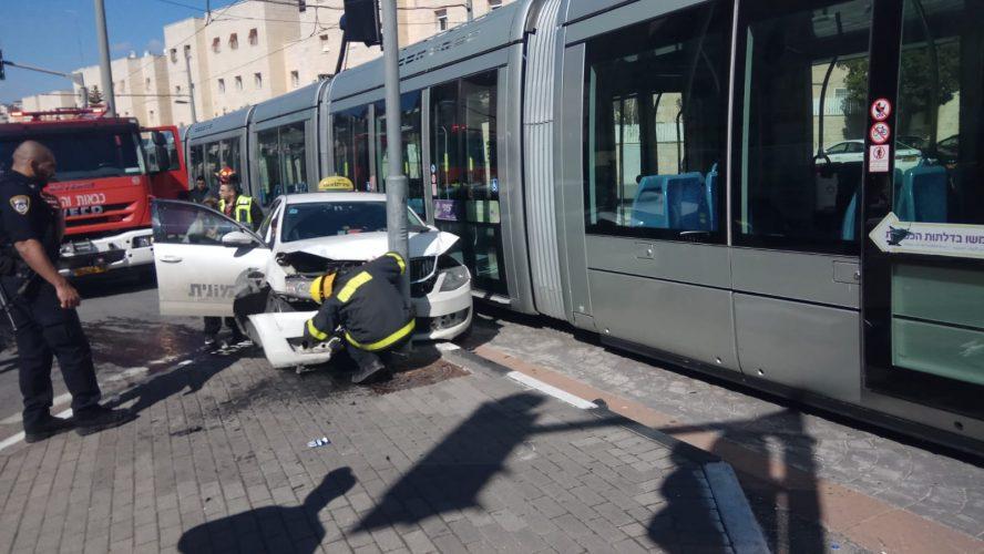 זירת התאונה בין המונית לרכבת הקלה, שדרות משה דיין, פסגת זאב (צילום: אבישי מזרחי)