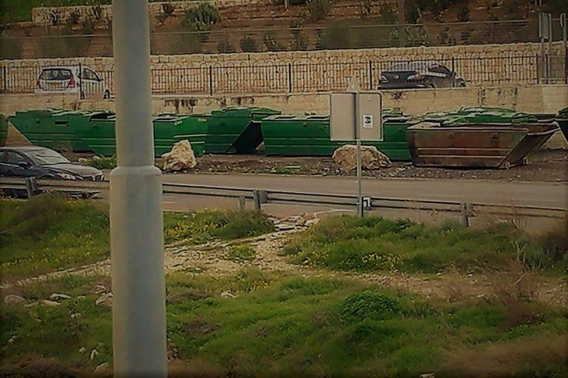 מכולות האשפה (הצפרדעים) בצידי הכביש בפסגת זאב (צילום: שלמה יהושע)