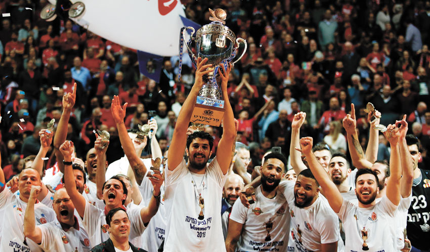 קפטן הפועל ירושלים ליאור אליהו מניף את גביע המדינה (צילום: ניר קידר)