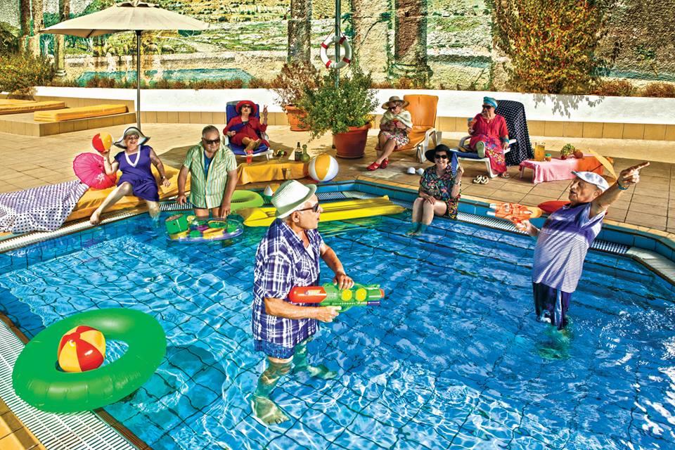 """תמונה הומוריסטית של דיירים המשחקים בבריכה, מתוך תערוכת """"זקנה ממבט אחר"""". """"נופי ירושלים"""" (צילום: אורן בירן)"""