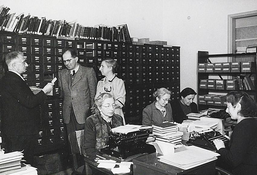 עובדות מחלקת הקטלוג בספרייה הלאומית. משמאל יושבת מרים ילן-שטקליס (צילום: אלפרד ברנהיים)