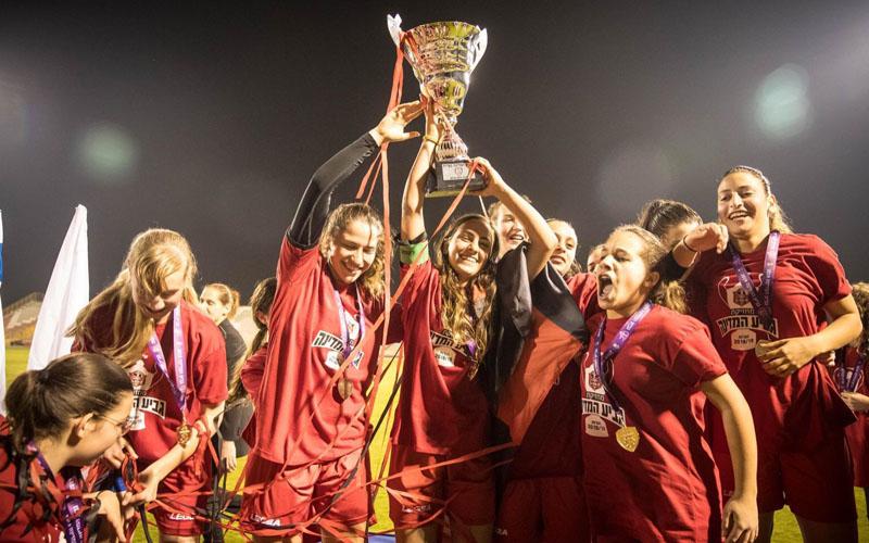 נערות הפועל קטמון עם גביע המדינה (צילום: באדיבות ההתאחדות לכדורגל)