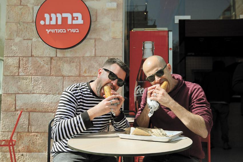 """עמית אהרנסון ויהונתן כהן, """"ברונו - סנדוויץ' בשר"""" (צילום: ארנון בוסאני)"""