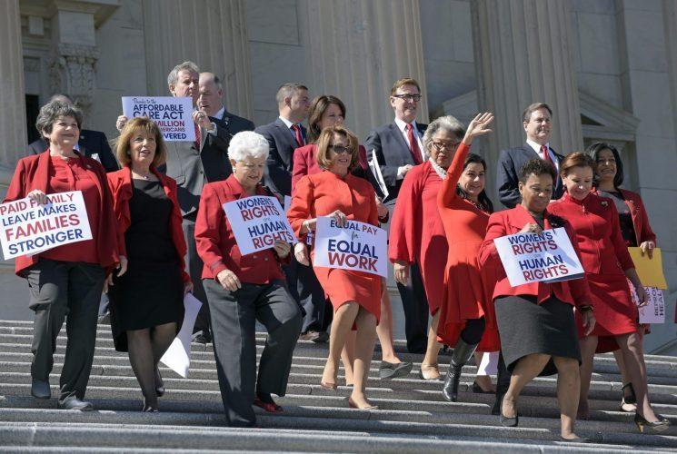 ננסי פלוסי וחברות קונגרס באירוע לכבוד יום האישה הבינלאומי בבניין הקפיטול בוושינגטון (צילום: אי.פי, Susan Walsh)