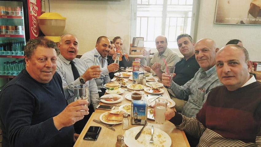 """ג'קי מג'ר ז""""ל וחברים במסעדת 'טעמי (צילום: באדיבות עופר איובי)"""