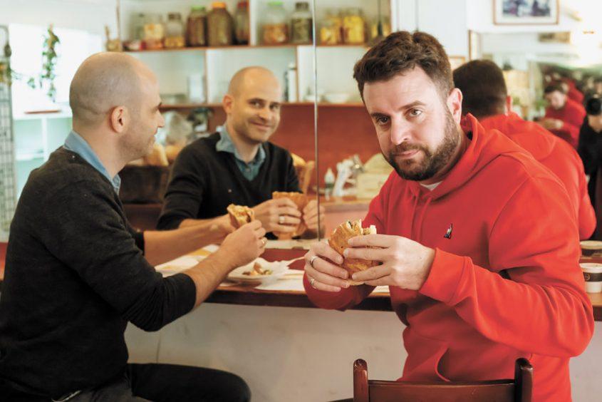"""יהונתן כהן ועמית אהרנסון, """"הסנדוויץ' של רשל"""" (צילום: אסף קרלה)"""
