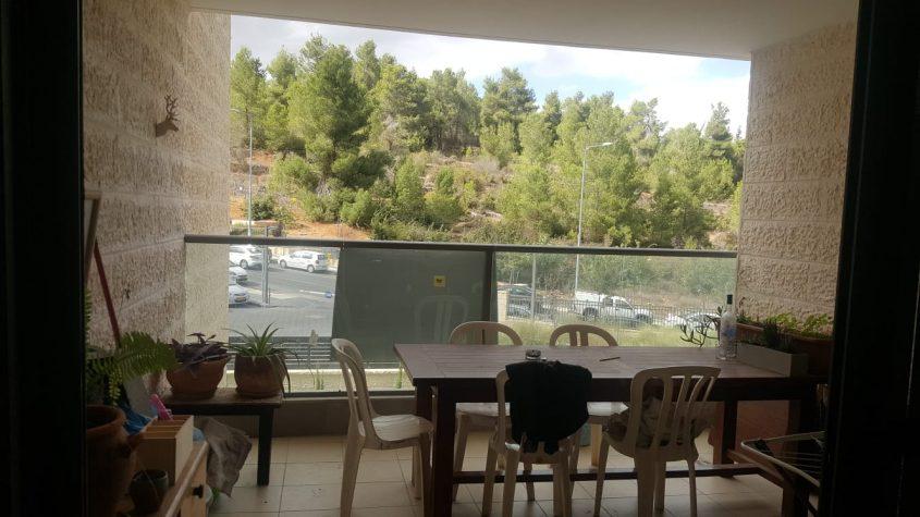 מרפסת הדירה בדרך כרמית, עין כרם (צילום: אייל שאולוף)